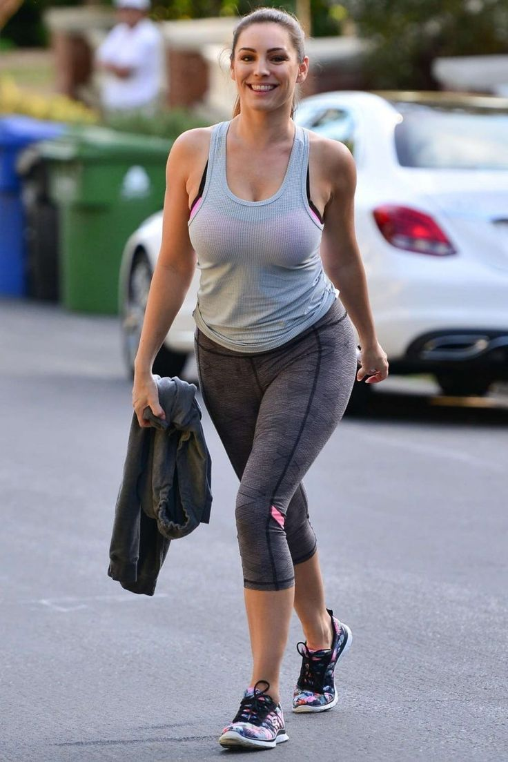 26. Kelly Brook in Yoga Pant