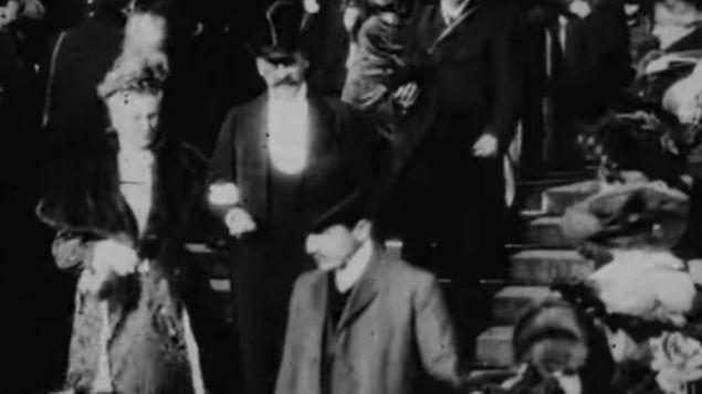 """""""« On m'a dit qu'il était certain que Proust était à ce mariage », explique Jean-Pierre Sirois-Trahan lors d'une entrevue téléphonique avec Radio-Canada. Néanmoins, le personnel des Archives nationales du film lui a, à l'époque, assuré que le génie littéraire n'apparaissait pas sur le film."""" Jean-Pierre Sirois-Trahan, professeur de cinéma à l'Université Laval, à Québec, """""""