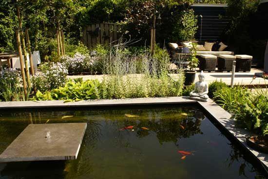 Fotos van tuinen van 100-200 m² met oa hardhouten vlonders, schuttingen enz