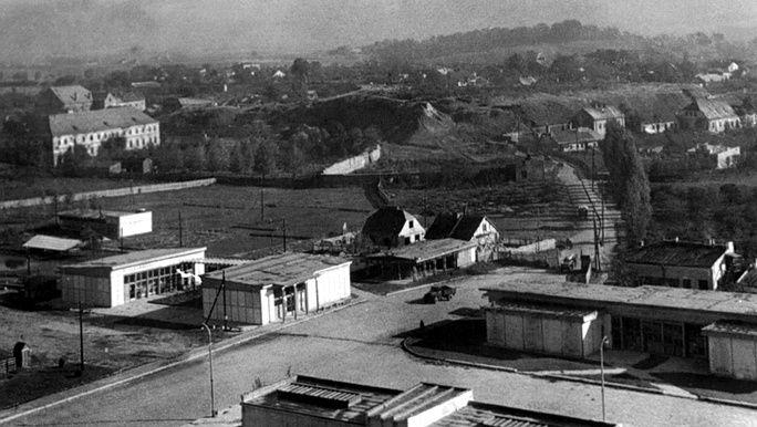 Widok ze wzgórza zamkowego w kierunku na Kirkut i ul. Sienną poczatek lat 60