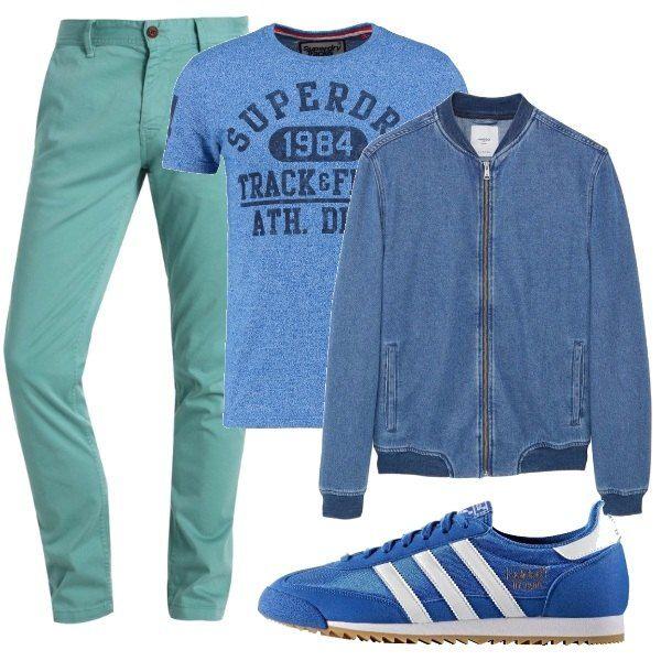 I pantaloni di cotone verde menta stanno bene con la maglietta con la scritta, il bomber leggero in denim e le sneakers scamosciate azzurre, due soli colori che danno allegria.
