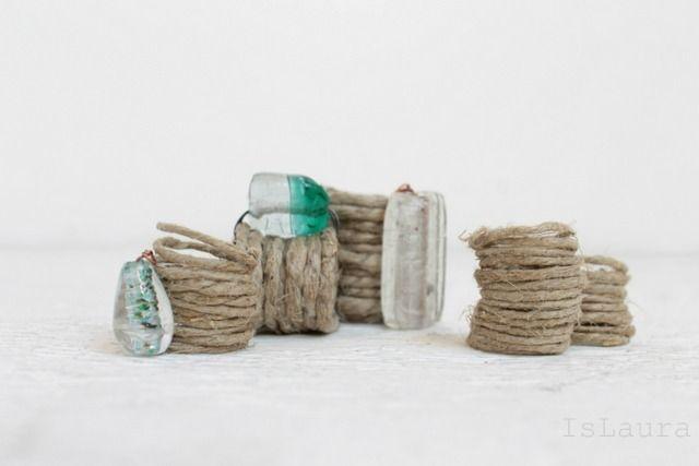 Amo lo spago alla follia e oggi vi farò vedere come realizzare dei semplici anelli unendo il classico cordino a delle perle in vetro di Murano.Il procedimento è semplicissimo, a dir la verità quando ho fatto il primo,…