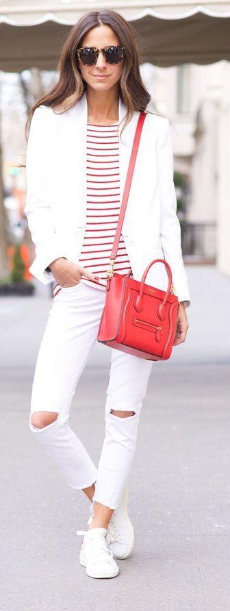 белый женский пиджак с белыми рваными джинсами