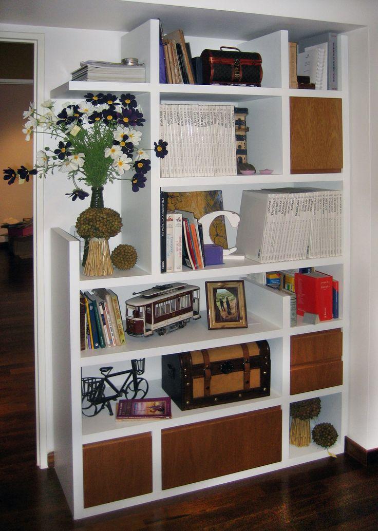 Biblioteca a medida en madera laqueada blanca con puertas y cajones en cerejeira.  Para hacer tu propio proyecto comunicate con info@teresacriscuolo.com.ar