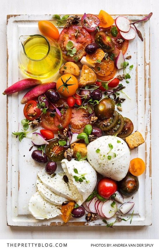 this photo makes me happy...because when food looks pretty it just tastes so much better. (caprése)