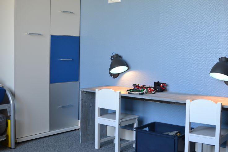 Zelf gemaakt bureautje, stoeltjes (Ikea).