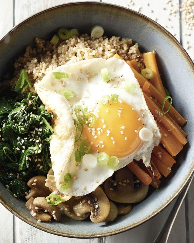 Bibimbap is een populair gerecht uit de Koreaanse keuken. Het betekent letterlijk gemixte rijst met groenten. In dit geval gebruikten we voedzame quinoa!