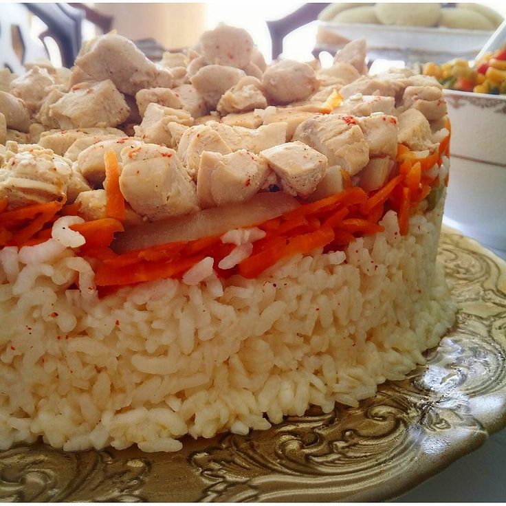 En güzel mutfak paylaşımları için kanalımıza abone olunuz. http://www.kadinika.com Pilav yemeklerin baş tacı sofraları sultanıdır. Bir kere yediğinizde tadını unutmayıp tekrar tekrar yemek isteyeceksiniz.  Bu pilavı @onurvecihe yaptı o yaparsa böyle yapar.  Malzemeler:  2 kupa pirinç (kupa ölçüsü nescafe fincanından biraz büyük)Yarım kilo tavuk göğsü2 adet orta boy kuru soğan2 diş sarımsak2 tane orta boy havuç5 adet sivri biber3 adet orta boy domates25 bardak tavuk suyuTuz karabiber pul…