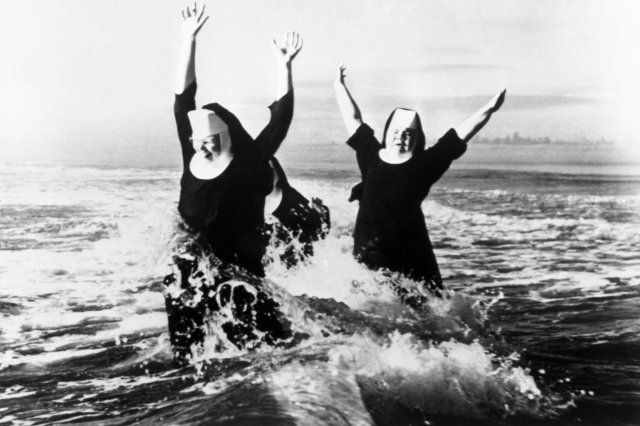 Černobílá fotografie s jeptiškami v moři
