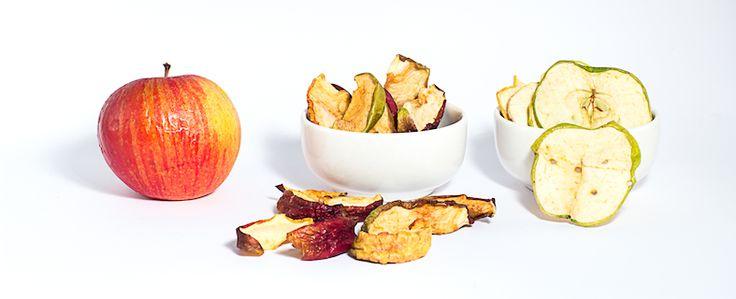 Piccoli frutti della valsangone . frutta essiccata: mele.  mangia bio. mangia sano. solo zuccheri della frutta