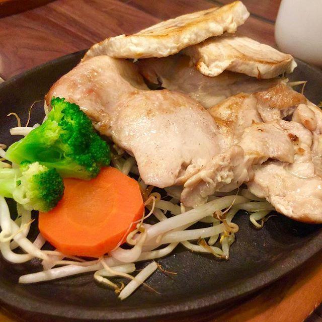* 【ランチはお肉とお魚で❗️】 * こんにちは☀️ REVIAS三鷹店です♂️ * 今日はトレーナーの 食事公開シリーズ第2弾✨ * * こちらは「鶏肉とメカジキのステーキ」です‼︎ * お肉 やお魚 には筋肉を作る上で欠かせない″たんぱく質″が豊富に含まれてるんです * さらに、食物繊維の含まれた野菜を最初に食べることがポイント✨ * 日々の食生活はとっても大切ですね☝️ * REVIAS三鷹店ではトレーニングだけでなくお食事のアドバイスもさせて頂く、トータルプロデュースのプランもございます✨ * 詳細はホームページをご確認ください♂️✨ * プロフィールのURLから簡単にアクセス可能です✨ *  #REVIAS  #fitness #BESTBODY  #パーソナル  #トレーニングジム  #オープン  #セミパーソナル #ワークアウト  #ファスティング  #ダイエット  #エクササイズ #健康  #食事  #肉 #魚 #タンパク質  #美容  #ボディメイク  #美ボディ  #オシャレ  #ファッション  #静岡 #高崎  #三鷹