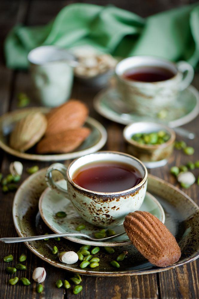 Petit déjeuner, madeleine à la pistache et thé