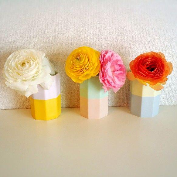 パステルカラーな花瓶。食卓をより華やかに飾ってくれます。ペン立てにも、カトラリー入れにもお使い頂けます♪※1個のお値段です。お花は私物です。●直径:6.5cm...|ハンドメイド、手作り、手仕事品の通販・販売・購入ならCreema。