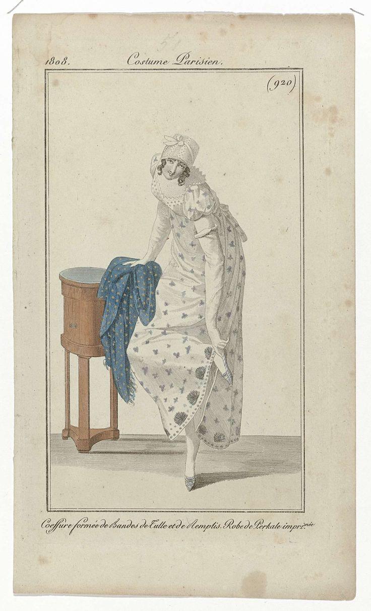 Anonymous | Journal des Dames et des Modes, Costume Parisien, 15 septembre 1808, (920): Coeffure formée de Bandes..., Anonymous, Pierre de la Mésangère, 1808 | Vrouw, leunend op een bijzettafel, terwijl zij naar haar schoen reikt. Zij draagt een japon met korte pofmouwen van bedrukte katoenbatist (percale). Op het korte haar een kapje van stroken tule. Accessoires: lange handschoenen, blauwe sjaal afgezet met franjes, platte schoenen met puntige neuzen. De prent maakt deel uit van het…
