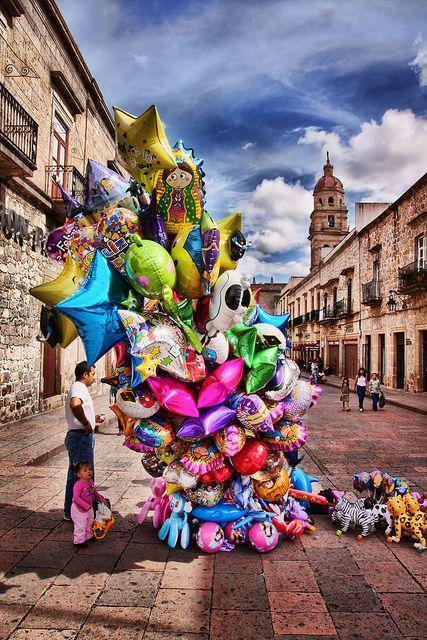 Morelia, Michoacán. México Los globeros dan color a la ciudad