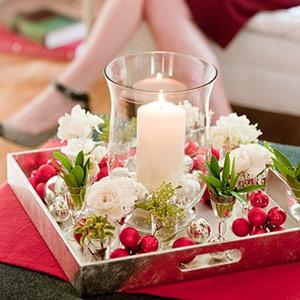 sur un plateau avec des chocolats rouges et des fleurs blanches en soie
