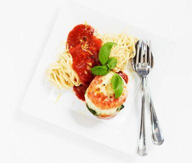 Tomat-+och+mozzarellagratinerad+falukorv+med+spagetti