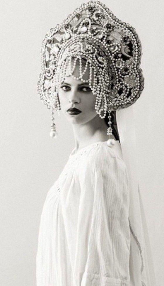 Model in a kokoshnik. Fashion photograph.