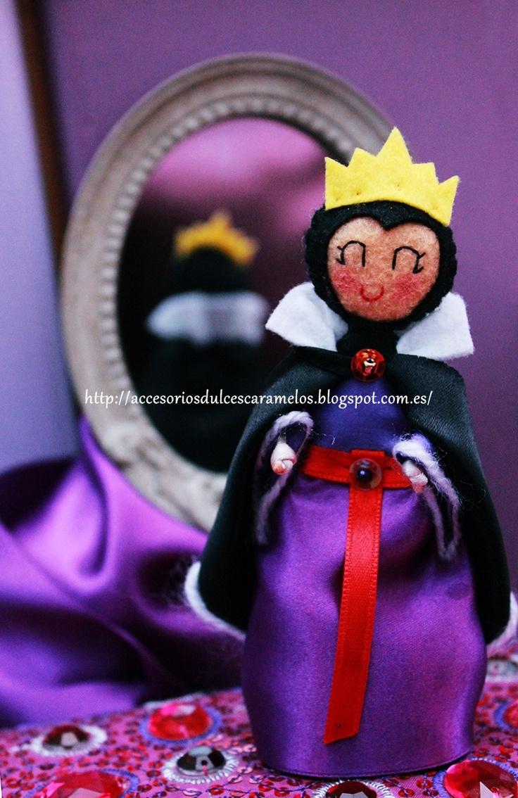 La Reina Malvada de Blancanieves (The evil queen Snow White) http://accesoriosdulcescaramelos.blogspot.com.es/2013/04/reina-o-bruja-de-blancanieves-en-fieltro.html