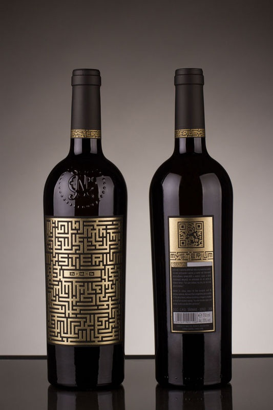 """""""Le producteur de vin roumain Jidvei a confié au studio Spotlight le soin de designer une bouteille de vin en édition limitée destinée à l'évènementiel. Innovante, l'étiquette imaginée est un labyrinthe doré au bout duquel se trouve le secret de la recette du produit. Le studio a également joué sur les effets d'éclairage, des inscriptions apparaissant à la lumière noire."""""""