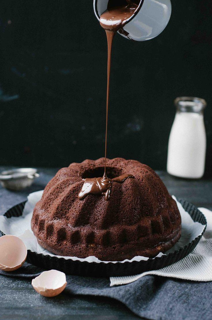 Ein saftiger Brownie Cheesecake Gugelhupf, optional mit Walnüssen gefüllt für den vollen Schoko Brownie Genuss. Einfach zu machen und super lecker!