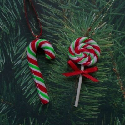 Easy candy cane ornament tutorial using polymer clay.  Would be a cute and easy ornament or gift tag charm...