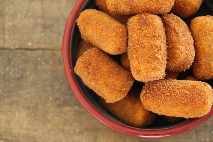 Deze zoete aardappel kroketjes kun je nu maken en zo een voorraadje aanleggen voor de aankomende feestdagen. Heerlijk bij de wildrollade of de hertenbiefstuk.