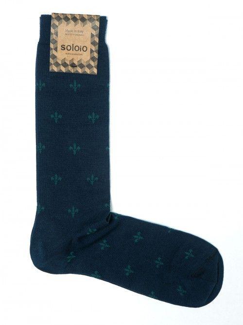 Calcetín de algodón en azul marino, con detalle en forma de flor de lis verde. Cuentan con refuerzo en talón y punta, lo que hace que tengan una impecable resistencia al uso. www.soloio.com #socks#mensocks#calcetines#calcetinesparahombre#menstyle#menshoes#manoutfit#outfitdetails#shoponline#sockstyle#mentrends
