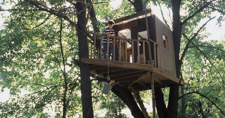 Como fazer uma casa de fadas em uma árvore. As lendas dizem que se você construir uma casa para fadas e colocá-la no jardim ou em um carvalho vai atrai-las. Fadas gostam de pequenas casas, feitas com pedaços de natureza e esquisitices. Fazer amizade com as fadas vai lhe trazer sorte e alegria.