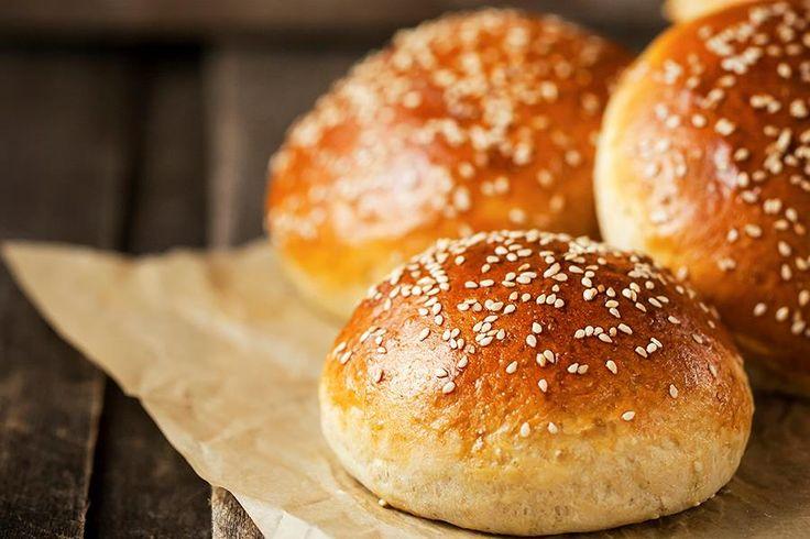 Hjemmebakte hamburgerbrød med briochedeig. Med denne magiske deigen kan du bake de luftigste og beste hamburgerbrødene. Oppskrift på hamburgerbrød og pølsebrød med briochedeig.