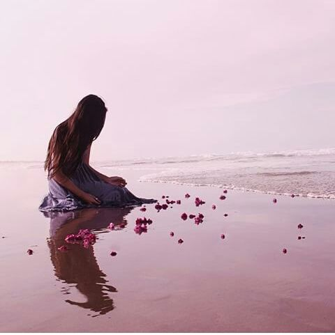 """""""Si pudieras volver atrás y cambiar una sola cosa de tu vida, ¿lo harías? Y si lo hicieses, ¿ese cambio haría tu vida mejor? ¿O el cambio acabaría rompiéndote el corazón? ¿O rompiendo el corazón de otro? ¿Elegirías un rumbo completamente distinto? ¿O cambiarías una sola cosa? ¿Un solo momento? ¿Un momento que siempre quisiste recuperar?"""""""