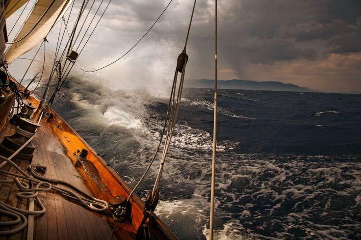 El hombre está compuesto por un alto % de agua. ¡Yo no puedo vivir sin el mar!. Me encanta sentir las gotas del mar salpicándome, la brisa marina y el sabor del salitre. Unas de las más intensas sensaciones vividas ha sido estar varias veces en una embarcación y capear la galerna en cubierta.