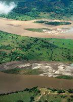 Al recorrer el valle del Magdalena Medio, el río abandona su cauce bien definido y se desborda en busca de las amplias llanuras del Bajo Magdalena. El último tramo que lo separa del mar Caribe fue llamado por los indígenas Arli o Caripuña.