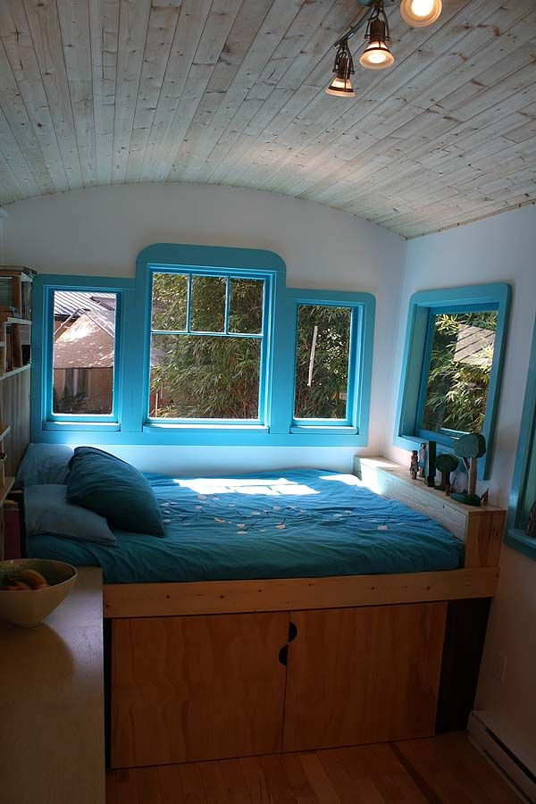Caravan interior love the colors. Under the bed they hid an upright base.