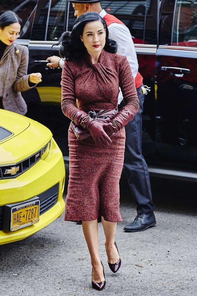 Королева бурлеска Дита фон Тиз предпочитает женственные силуэты и романтичный стиль. Она часто носит вещи из последних коллекций или винтажную одежду. Давайте рассмотрим ее уличные образы, которые, чаще всего состоят из приталенных пальто или тренчкотов, и, конечно же, модных платьев силуэта нью-лук.