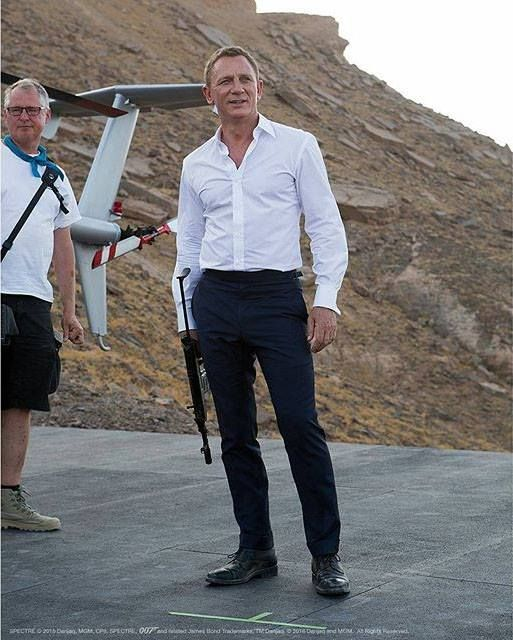 Daniel Craig made me start loving James Bond movies. Not just a pretty boy. He's hot.