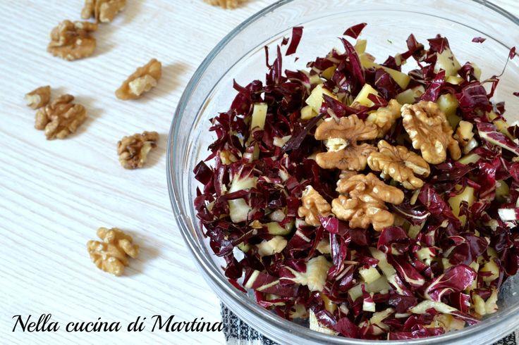 L'insalata rossa alle noci è un piatto vegetariano completo. Potete servirlo come pasto principale o come contorno. E' semplice, veloce e sfizioso.