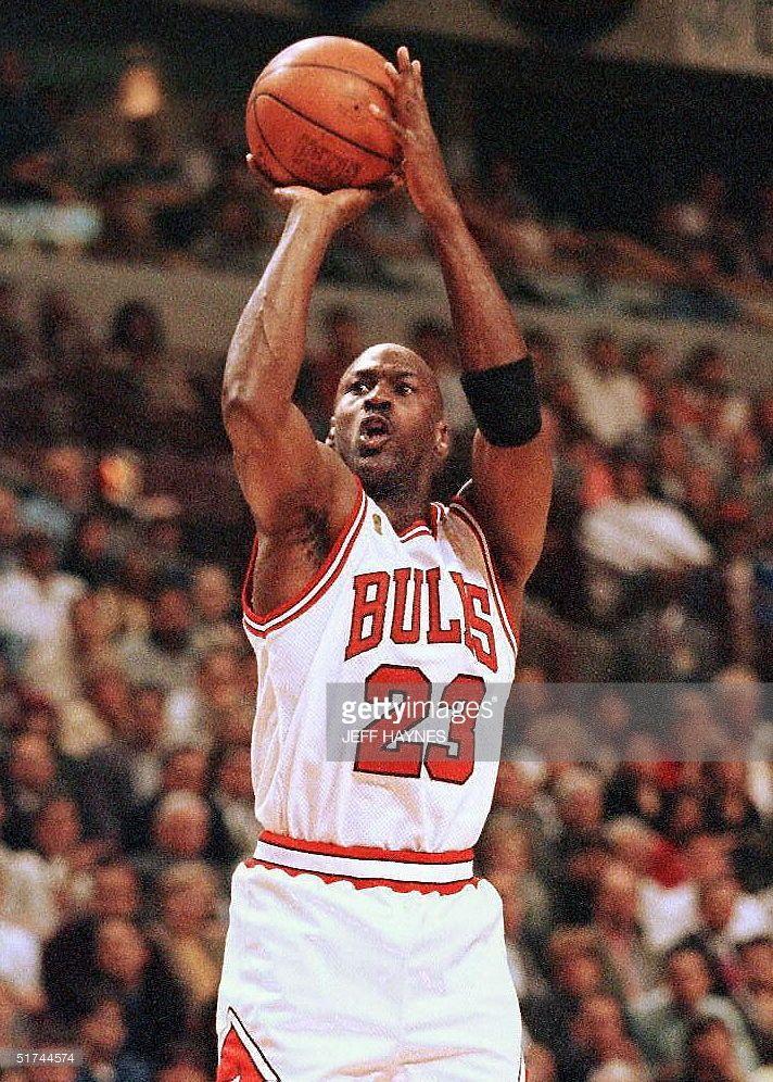 Fotografía de noticias : Michael Jordan of the Chicago Bulls shoots a...