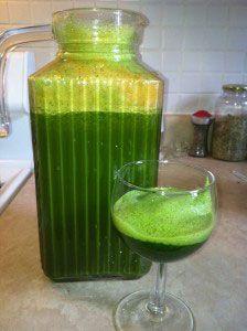 """Jugo Verde con Kale para ayudar a bajar de peso.  2 Apio 2 Pepinos 2 o 3 limones ( a el gusto) 1 ramo de col rizada ( también conocido como KALE en ingles"""" 1 Ramo de Espinacas 4 Manzanas Rojas Opcional: Un toque de jengibre     Nota: Para hacer estos jugos se necesita una maquina de extractor de jugos"""