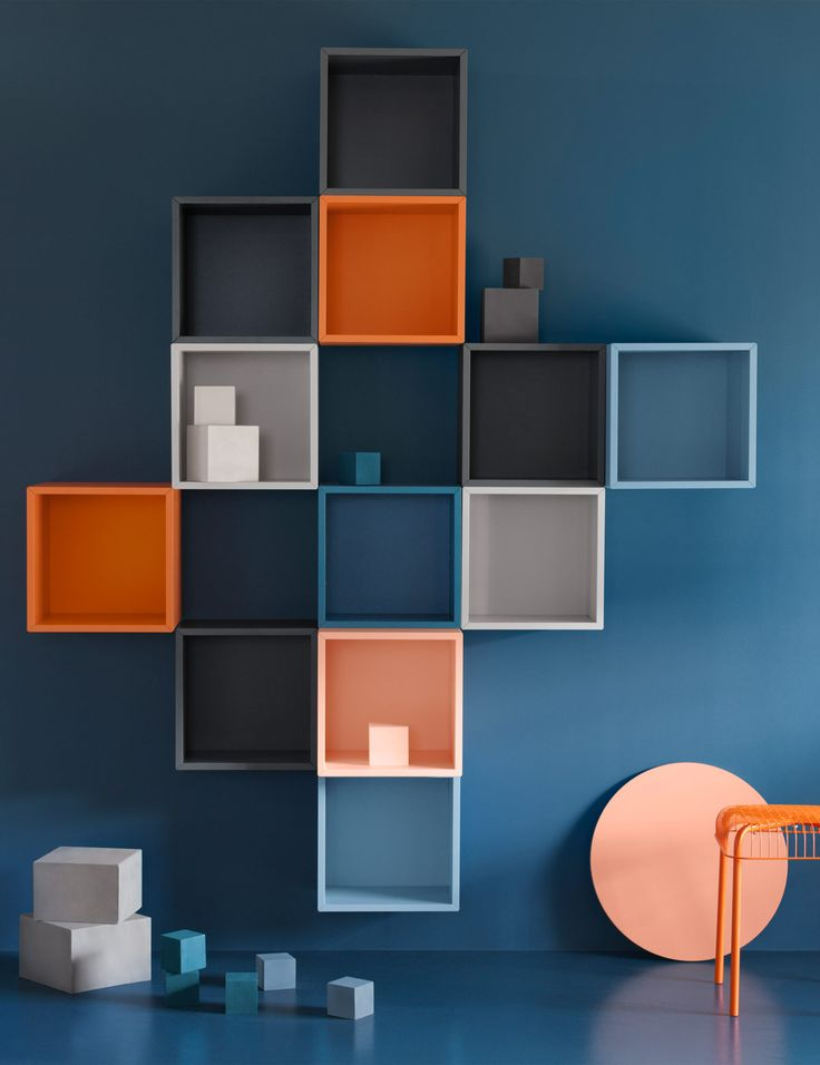 Eine blaue Wand, u. a. mit EKET Schrankkombination für Wandmontage bunt