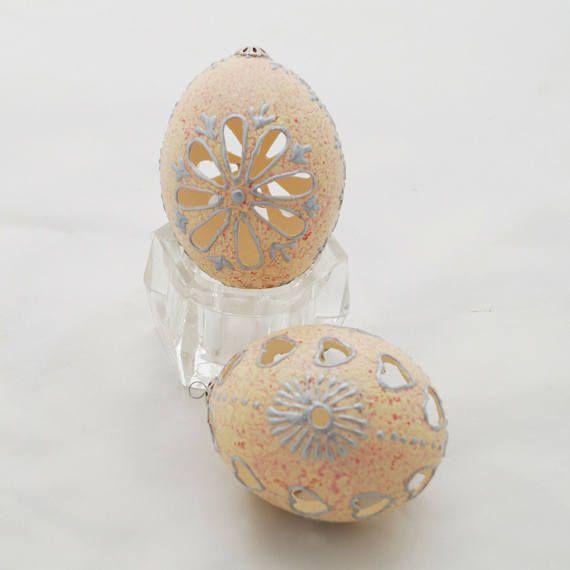 Huevo tallado. Huevo de Pascua. Huevo de gallina decorado.