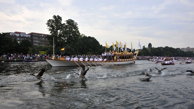 The Flame travels down the River Thames on the Gloriana. 2012 London Olympics