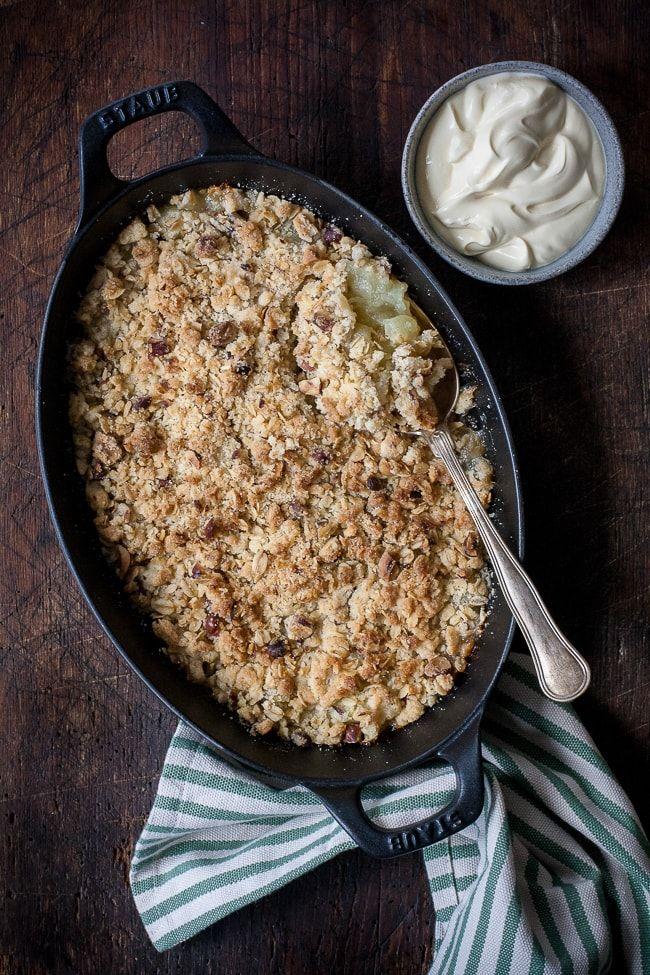 Æblecrumble - den bedste æblekage med hasselnødder og havregryn