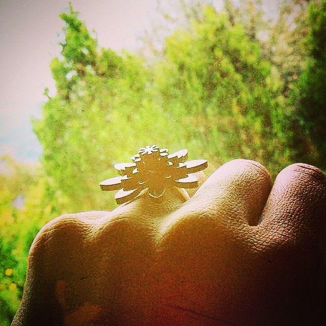 #wearjuju #juju #funfacts #plexiglas #flowers #jewelry #Nabiha med vores flotte fingerring #Carmen