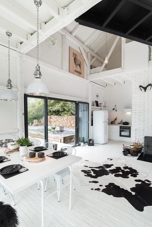 in una zona rurale della Repubblica Ceca, questa casa di campagna nasce dal recupero di un vecchio fienile dagli architetti dello studio Oooox Architects l