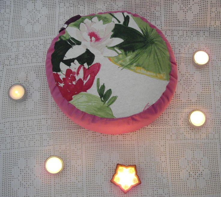 Zafu Eclosión en Rosa... Cojín para la práctica de yoga o meditación. Relleno de cáscara de cereal.