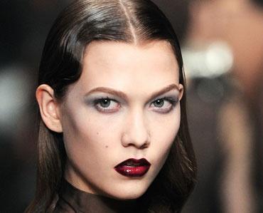 Pat heeft het over 'gotische elegantie' en 'donkere schoonheid' met een 'urban invalshoek' wanneer ze make-upuitvoeringen beschrijft met opvallend donkere ogen of lippen (of beide) tegen een albastbleke huid.