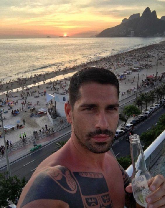Marco Borriello Natale a Rio De Janeiro. Una birra in solitudine?