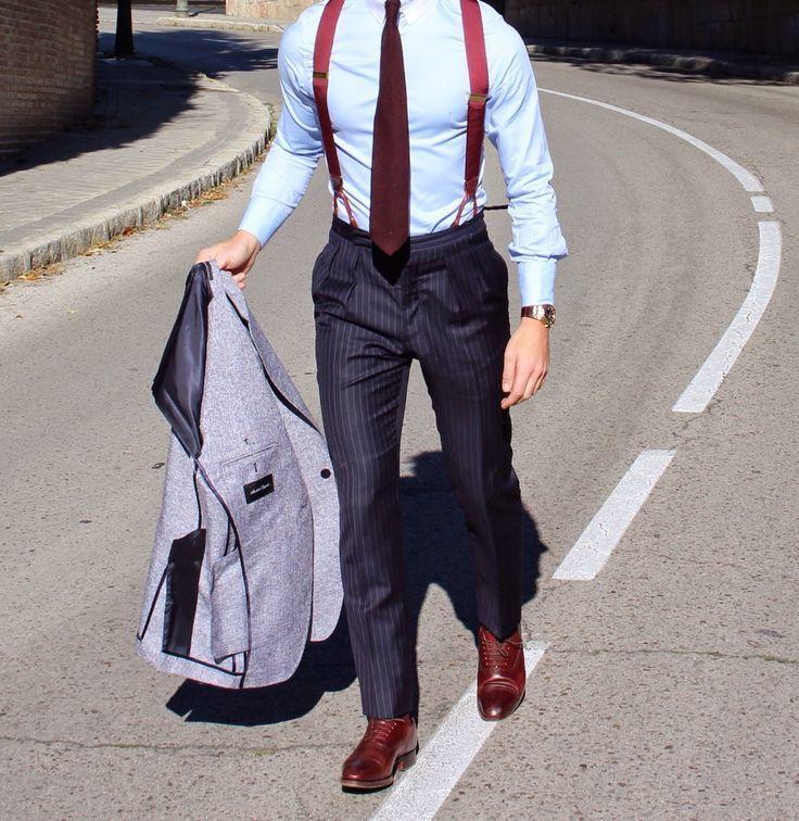 Comprar ropa de este look: https://lookastic.es/moda-hombre/looks/blazer-camisa-de-vestir-pantalon-de-vestir/15498   — Camisa de Vestir Celeste  — Corbata Burdeos  — Tirantes Burdeos  — Reloj Dorado  — Blazer de Lana Gris  — Pantalón de Vestir de Rayas Verticales Azul Marino  — Zapatos Oxford de Cuero Burdeos
