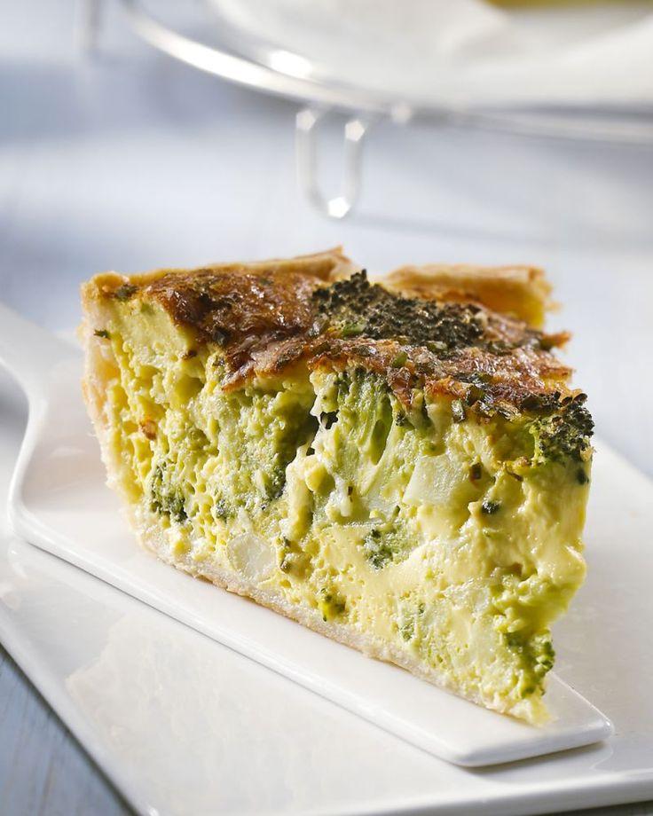 Quiche is altijd makkelijk! Heerlijk is deze vegetarische variant met broccoli en kaas, met een minimum aan ingrediënten. Serveer met een lekker slaatje.